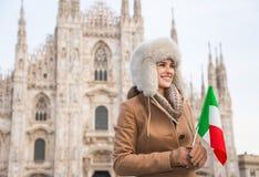 Glückliche Frau mit der italienischen Flagge, die beiseite nahe Duomo, Mailand schaut Stockfotos