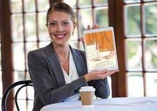 glückliche Frau mit der Tablette, die das neue Büro zeigt, zeichnet (Farbe: Orange) Lizenzfreie Stockbilder