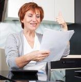 Glückliche Frau mit Dokumentation Lizenzfreie Stockfotos