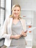 Glückliche Frau mit Dokumenten Lizenzfreies Stockfoto