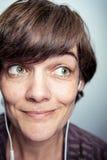 Glückliche Frau mit Earbuds Stockfoto