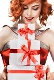 Glückliche Frau mit einem Geschenk lizenzfreie stockfotografie