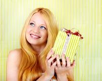 Glückliche Frau mit einem Geschenk Lizenzfreie Stockfotos