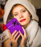 Glückliche Frau mit einem Geschenk in ihrem Handlächeln stockfotografie