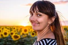 Glückliche Frau mit einem netten Grinsen stockfotografie