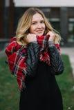 Glückliche Frau mit einem Schal Herbst Herbstporträt des schönen Mädchens Stockbild