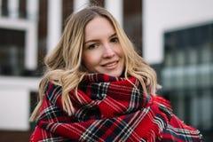 Glückliche Frau mit einem Schal Herbst Herbstporträt des schönen Mädchens Stockfoto
