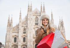 Glückliche Frau mit Einkaufstaschen in der Front von Duomo, Mailand Stockbild