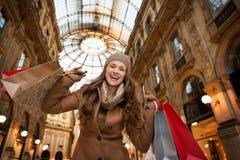 Glückliche Frau mit Einkaufstaschen im Galleria Vittorio Emanuele II Lizenzfreies Stockfoto