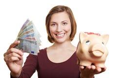 Glückliche Frau mit Eurogeld Stockbild