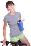 Glückliche Frau mit Flasche und Fahrrad Stockfotografie