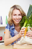 Glückliche Frau mit Gemüse Stockfotografie