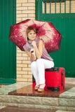 Glückliche Frau mit Gepäck Stockbild