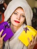 Glückliche Frau mit Geschenken in ihrem Handlächeln stockfotografie