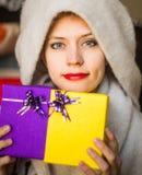 Glückliche Frau mit Geschenken in ihrem Handlächeln stockbild
