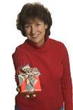 Glückliche Frau mit Geschenkstapel Stockfoto