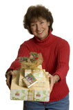 Glückliche Frau mit Geschenkstapel Stockfotos