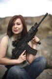 Glückliche Frau mit Gewehr. Lizenzfreie Stockfotografie