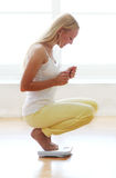 Glückliche Frau mit Gewichtsskalen Lizenzfreies Stockfoto