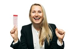Glückliche Frau mit glücklichem Lottoschein in der Hand Stockfotos