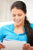 Glückliche Frau mit großem Notizblock Lizenzfreie Stockfotos