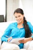 Glückliche Frau mit großem Notizblock Stockfotografie