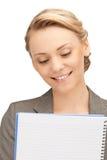 Glückliche Frau mit großem Notizblock Stockfoto