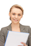 Glückliche Frau mit großem Notizblock Lizenzfreies Stockfoto