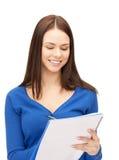 Glückliche Frau mit großem Notizblock Stockbilder