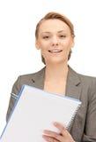 Glückliche Frau mit großem Notizblock Stockfotos