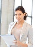 Glückliche Frau mit großem Notizblock Lizenzfreies Stockbild