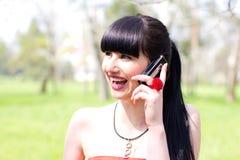 Glückliche Frau mit Handy Lizenzfreie Stockfotos
