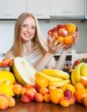 Glückliche Frau mit Haufen von verschiedenen Früchten Lizenzfreies Stockfoto