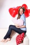 Glückliche Frau mit Herzballonen Stockfotografie