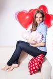 Glückliche Frau mit Herzballonen Lizenzfreie Stockfotos