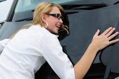 Glückliche Frau mit ihrem neuen Auto Stockbild