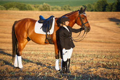 Glückliche Frau mit ihrem Pferd - schöne junge Reiterin Lizenzfreies Stockfoto