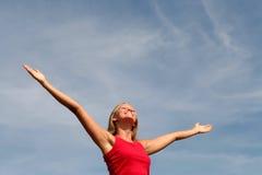 Glückliche Frau mit ihren breiten Armen öffnen sich stockbild