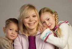 Glückliche Frau mit ihren Kindern stockbild