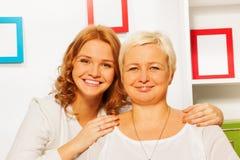 Glückliche Frau mit ihrer Großmutter Stockfotografie