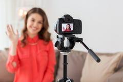 Glückliche Frau mit Kameraaufnahmevideo zu Hause Stockfotografie