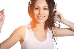 Glückliche Frau mit Kopfhörern Stockfoto