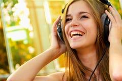 Glückliche Frau mit Kopfhörern an lizenzfreies stockbild