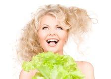 Glückliche Frau mit Kopfsalat lizenzfreies stockfoto