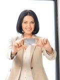 Glückliche Frau mit Kreditkarte Stockfoto