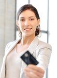 Glückliche Frau mit Kreditkarte Stockfotos