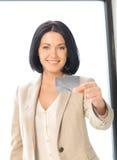 Glückliche Frau mit Kreditkarte Stockbild