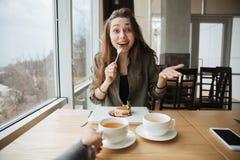 Glückliche Frau mit Kuchen lizenzfreies stockfoto
