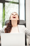 Glückliche Frau mit Laptop-Computer Stockfotografie