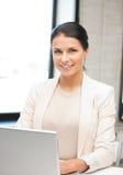 Glückliche Frau mit Laptop-Computer stockbild